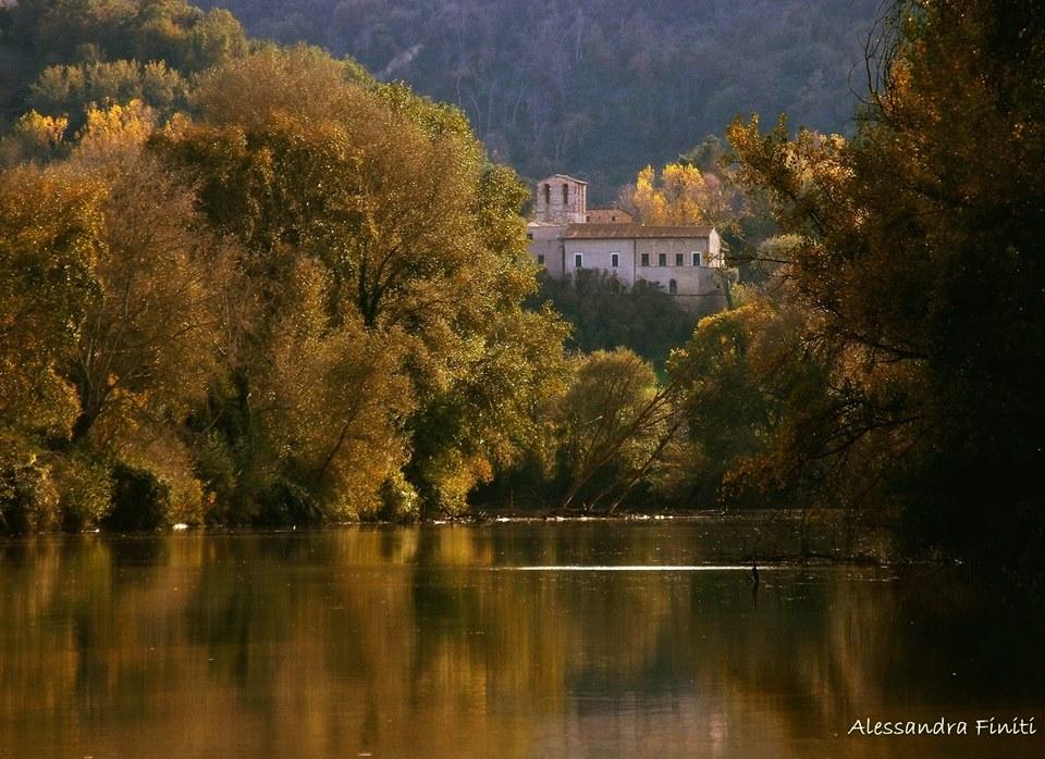 approdo-sul-Tevere-di-Stimigliano-vista-sull-Abbazia-medievale-di-S-Andrea-in-Flumine-foto-di-Alessandra-Finiti